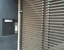 automatische poort met postkast en intercom