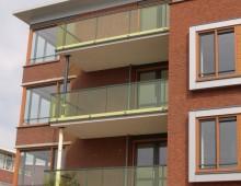 balkonhekwerk met gekleurd glas